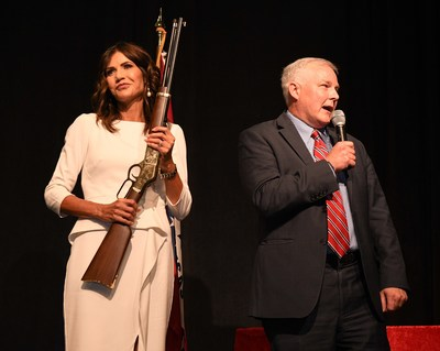 South Dakota Governor Kristi Noem (left) receiving a custom engraved Henry Big Boy lever-action rifle from Arkansas Lieutenant Governor Tim Griffin (right) at the 2021 Republican Party of Arkansas Reagan-Rockefeller Dinner on June 4, 2021. (Courtesy of Marvin Winston Photography)